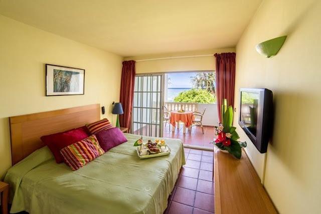 Chambre avec terrasse et plateau petit déjeuner