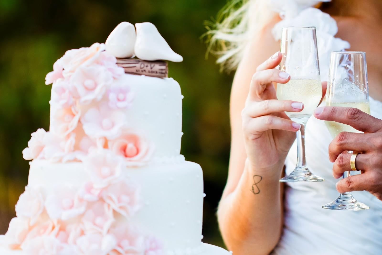 noivos - bolo - topo de bolo - bolo flores - tatuagem noiva - tatto noiva - brinde - casamento de dia - casamento ao ar livre
