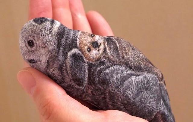 Artista japonés pinta animales de aspecto realista en piedras