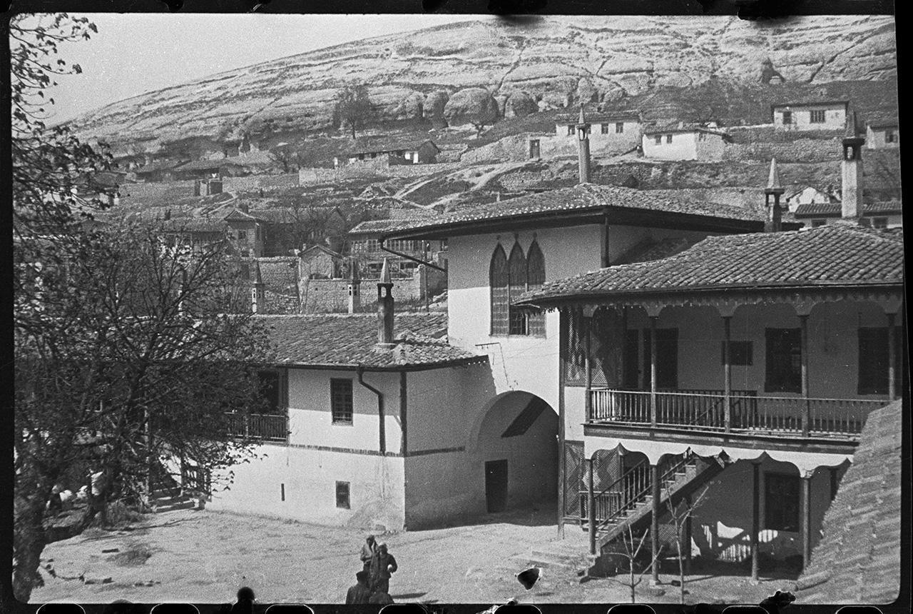 Полевой госпиталь в мечети Ханского дворца в Бахчисарае. Въезд во дворец. Вид из окна мечети. 21 апреля 1944 года