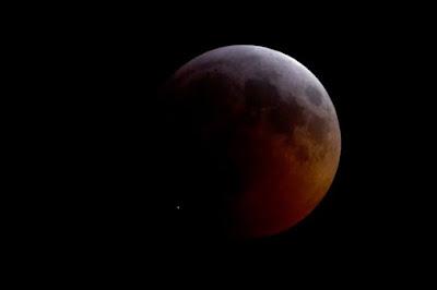 Τι έπεσε πάνω στην Σελήνη την ώρα της ολικής έκλειψης