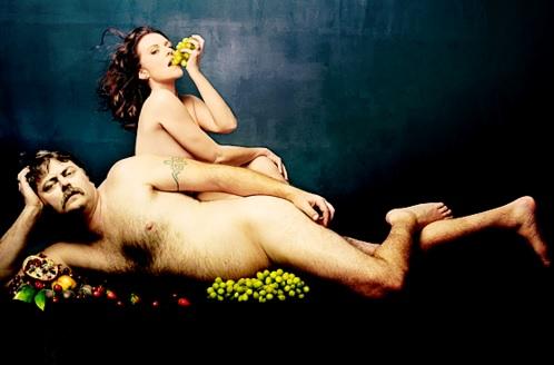 çift mbi shtrat duke ngrënë rrush