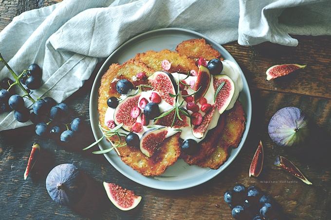 Plyndze w jesiennym klimacie z figami, jogurtem i ogrodowym winogronem.