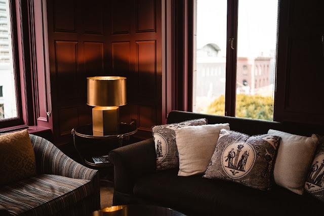Relaks w najlepszym świetle, czyli sposoby na piękne oświetlenie salonu