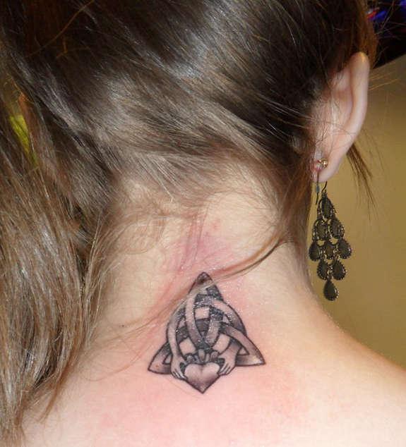 tatuaje celta en nuca