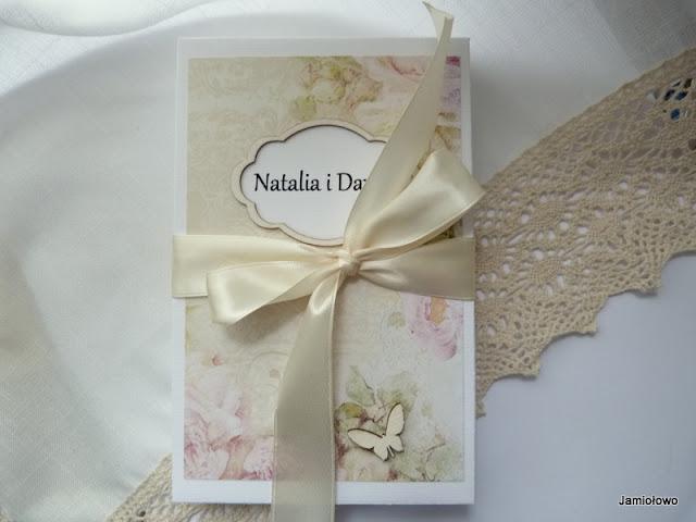 pudełko ozdobione  motywem kwiatowym i wstążką
