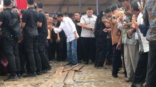Jokowi Lewati Jalan Becek, Warganet: Giliran Jalan Beraspal untuk Temui Guru Honorer Tak Dilewati