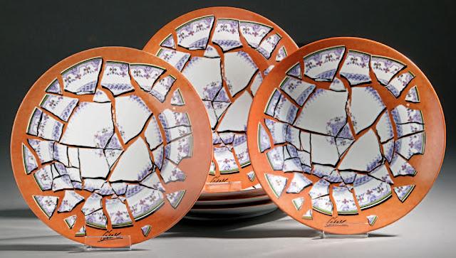 Suite de six assiettes de l'artiste César, émaillées d'un motif d'assiettes brisées, 1973
