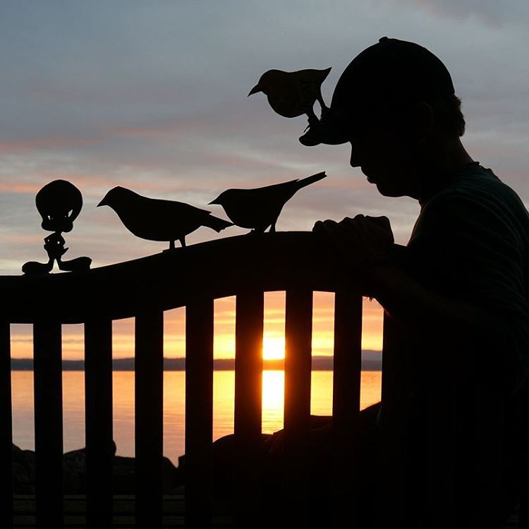 21-Tweety-Bird-John-Marshall-Sunset-Selfie-Photographs-with-Cardboard-Cutouts-www-designstack-co