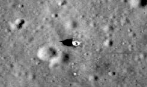 Fotograf237an las banderas dejadas en la Luna por las