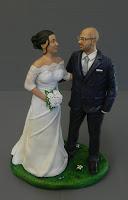 statuine sposi torta nuziale abbracciati sposo con occhiali milano orme magiche