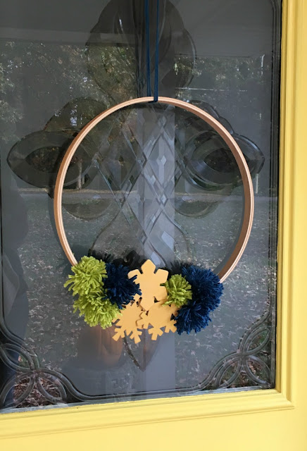 Make this easy embroidery hoop snowflake wreath for the Winter.