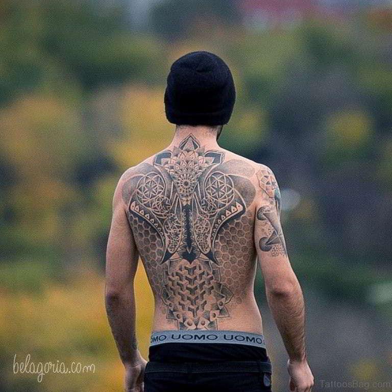 Vemos a un hombre con tatuajes geometricos