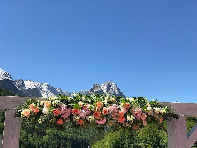 Tor zu den Bergen, freie Trauung, Berghochzeit am Riessersee in Garmisch-Partenkirchen, Bayern, Hochzeitshotel, Hochzeitsplanerin Uschi Glas, Apricot, Rosé, Marsalla, Pastelltöne