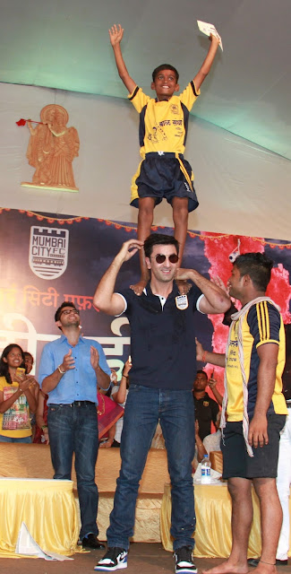 Pic 4- Young boy enjoying his fan moment with Ranbir Kapoor, Bollywood actor, during the Mumbai City FC Dahi Handi Utsav at Shahaji Raje Bhosle Kreeda Sankul (Andheri Sports Complex – BKLP)