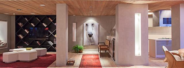 Em alta na decoração, o cimento queimado remete ao estilo industrial e despojado e vem aparecendo cada vez mais nos lares brasileiros.