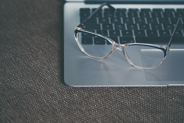 आई ग्लासेज या चश्मे के स्क्रैच को कैसे हटायें? How To Remove Scratch From Eye Glasses In Hindi?