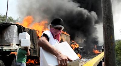 Incêndio no caminhão na fronteira da Venezuela