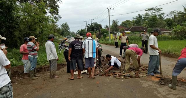 Salut! Kades Sukaraja Nuban Perbaiki Jalan Provinsi secara Swadaya