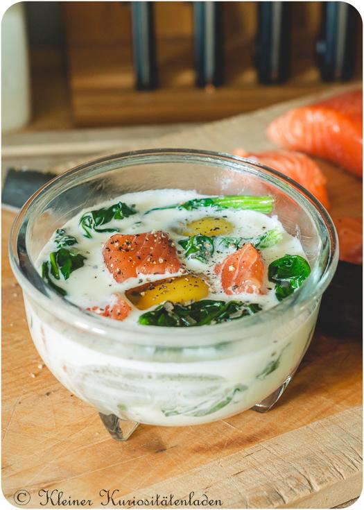 Oeufs en Cocotte mit Lachs und Spinat vor dem Garen