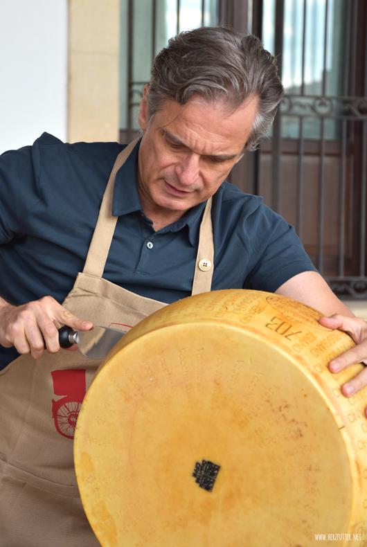 Gian Luca Rana öffnet einen Laib Parmensan