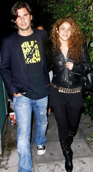Foto de Shakira caminando de noche con Antonio de la Rúa