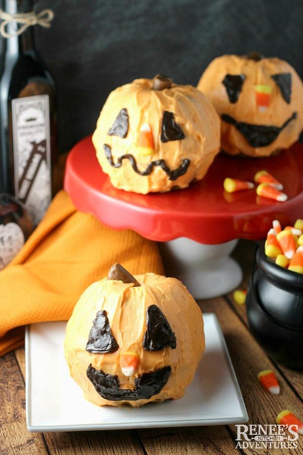 Mini Jack-O-Lantern Cakes @dixiecrystals #SundaySupper Easy recipe for Pumpkin Ginger Mini Bundt Cakes transformed into Halloween Jack-O-Lantern cakes