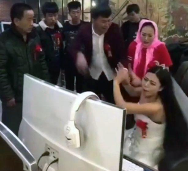 Bukannya Sibuk Dengan Persiapan Pernikahan, Wanita Ini Malah Keasyikan Main Game, Lihat Apa yang Dilakukan Calon Suaminya!