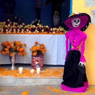 El libro Mexico Alma Esencial decorando  el altar de Dia de Muertos de San Gregorio  Atlapulco, en Xochimilco, Ciudad de México