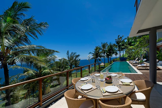 Picture of the outdoor dining table on the terrace by the pool, overlooking the ocean