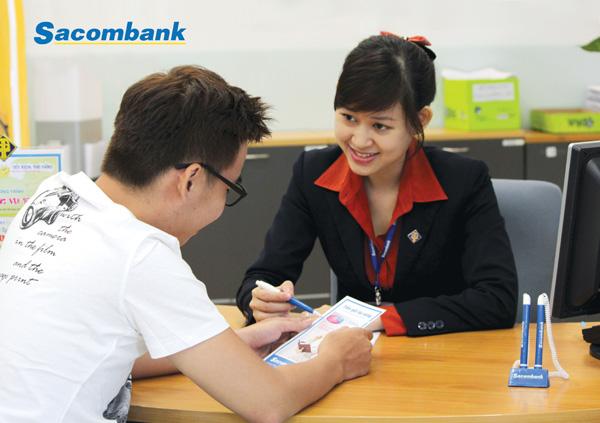 Không phải sơ mi trắng phối với juyp như các ngân hàng khác, trang phục nhân viên nữ Sacombank khá nổi bật với áo sơ mi đỏ cùng với váy juyp cộng thêm áo vest. tạo nét thanh lịch.