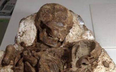 Απολίθωμα μητέρας που κρατά αγκαλιά το μωρό της εδώ και 4.800 χρόνια