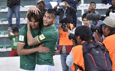 Marcelo Martins y Duk festejan gol de Bolivia