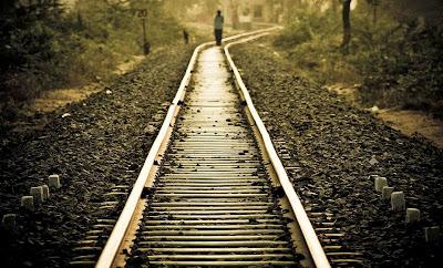 http://4.bp.blogspot.com/-Zaz13veQsrA/UrIBZvoxVkI/AAAAAAAAkPo/Gpwdm_X9jNI/s1600/lonely_girl_walking_on_railway_track.jpg