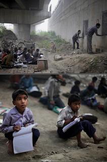 Στην φωτογραφία (από εδώ) μια ομάδα από περισσότερα   από 50 παιδιά στην Ινδία, μαζεύονται καθημερινά κάτω   από μια γέφυρα για δύο ώρες εκπαίδευσης.   Αυτό είναι ένα άτυπο σχολείο και ο αγαπημένος τους δάσκαλος.