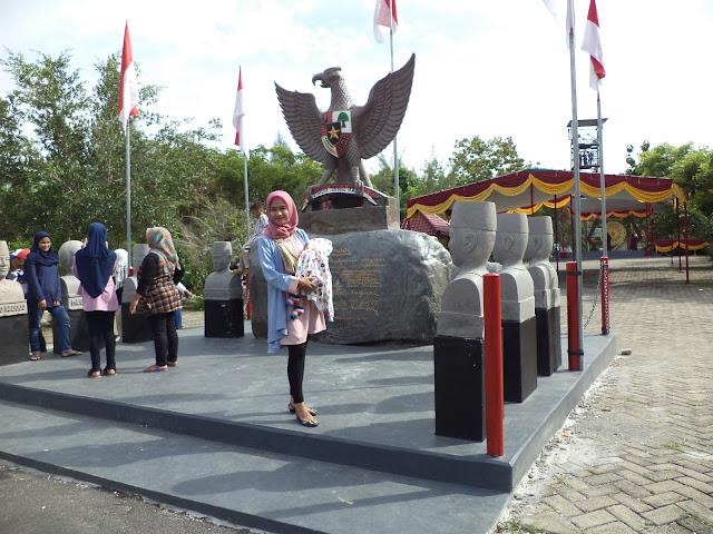 Berfoto di miniatur patung pahlawan kemerdekaan dan Presiden Republik Indonesia