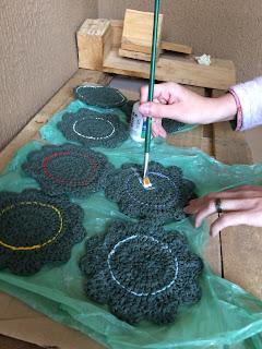 porta copos de croche flores de crochê passando termolina