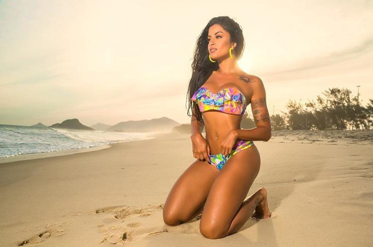 Fitness Model Aline Riscado bikini