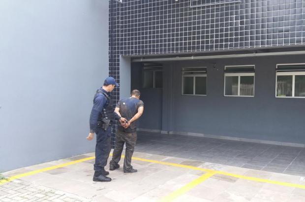 Elemento tenta atropelar guarda municipal durante abordagem em Caxias do Sul (RS)