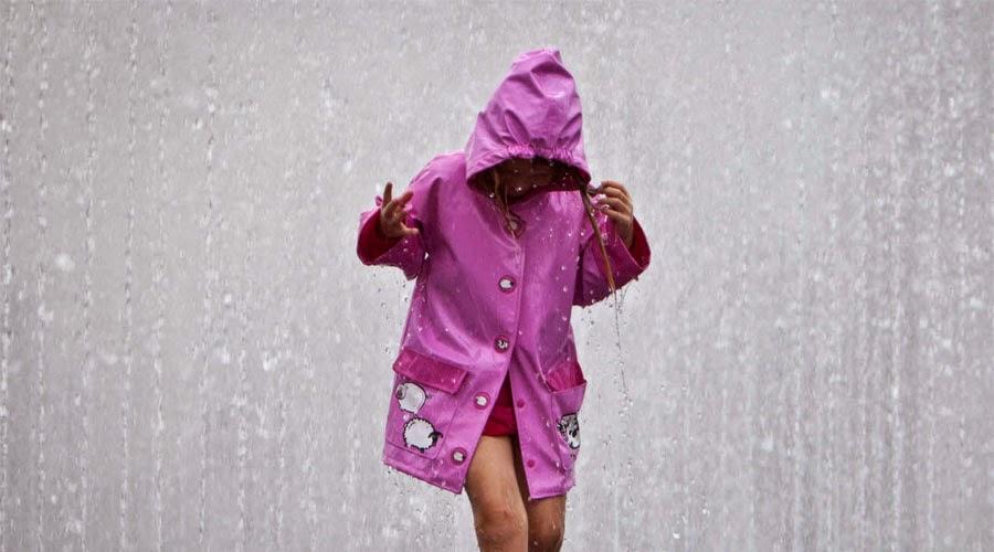 mujer chubasquero bajo lluvia