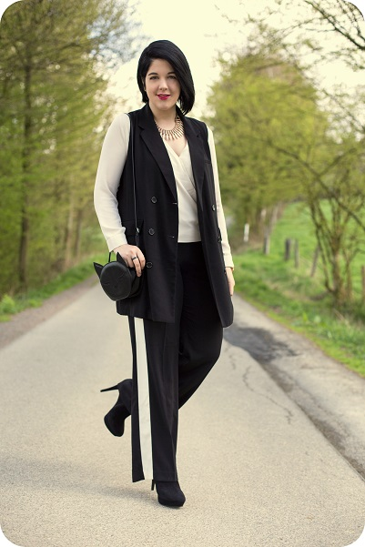 Heart and Soul for Fashion, Fashionblog, Outfit, Black'n'White, Slacks, Wrap-around Blouse, Vest, Cat, Bag