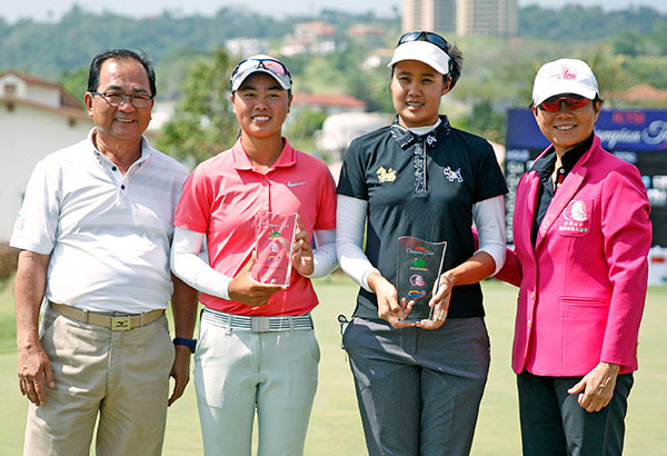 Thai Kanphanitnan Muangkhumsakul (second from right) holds her trophy as she poses with (from left) Splendido Taal Golf Club general manager Teboy Javier, low amateur Yuka Saso and Chen Mei-chi, chairlady of the Taiwan LPGA after ruling the ICTSI Champion Tour, the kickoff leg of the Ladies Philippine Golf Tour and third stage of the TLPGA recently.