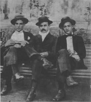 Angel Vargas(derecha) con dos amigos en 1920