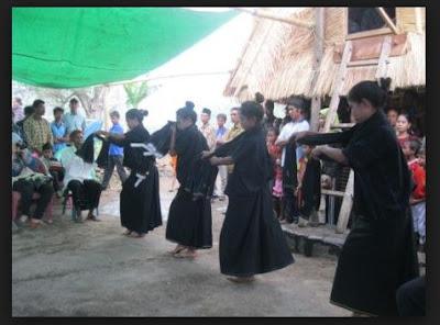 Penjelasan Tentang Sejarah, Bahasa, Rumah Adat, Kesenian,Religi, Pakaian Adat, Senjata Tradisional, Mata pencaharian Dan Kebudayaan SUKU DONGGO Nusa Tenggara Barat