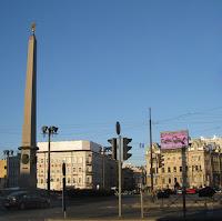La plaza Vosstanija, con el Obelisco de Ciudad Héroe