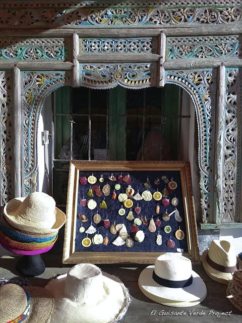 Sombreros de cuerda y abalorios en Ibiza, por El Guisante Verde Project