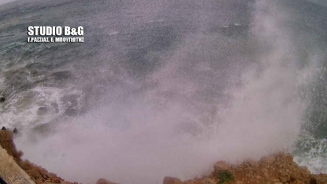 """Τεράστια κύματα στην παραλία Καραθώνας έφερε ο """"Ζορμπάς"""" (βίντεο)"""