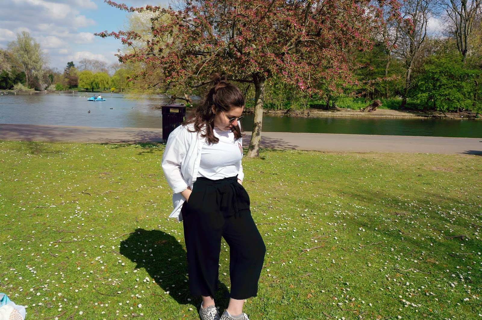 Full look - Culottes, t-shirt and oversized shirt