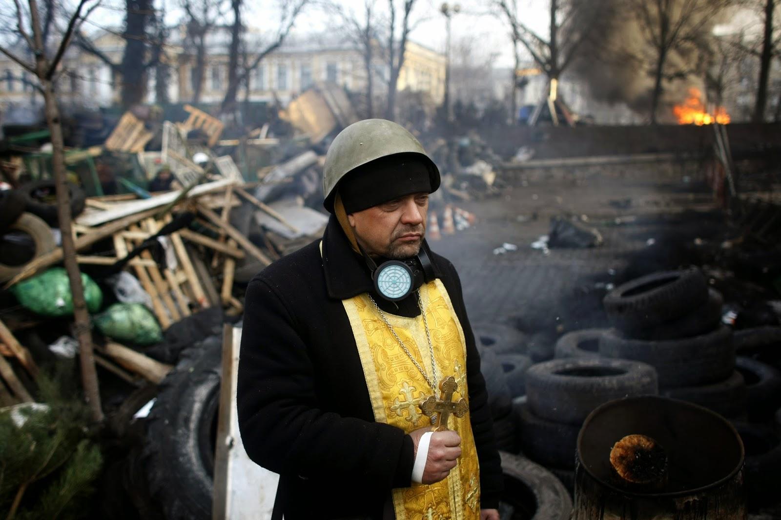 En las barricadas: un sacerdote se encuentra en la Plaza de la Independencia, febrero de 2014 | Fotografía: Church Times / PA