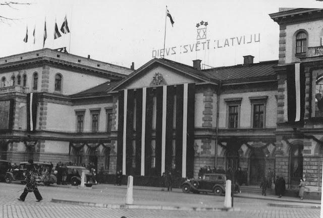 1938 год. Рига. Празднично украшенное здание ж/д вокзала.